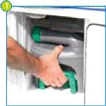 Ouvrez le portillon d'accès situé à l'extérieur de votre caravane ou camping-car, et retirez le réservoir à matières.