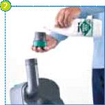 Ajoutez la dose correcte d'additif sanitaire Thetford (par ex. Aqua Kem Blue, Aqua Kem Green), puis ajoutez de l'eau par le bras de vidange rotatif.
